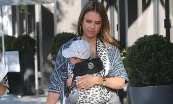 Η Jessica Alba μας συστήνει τον 6 μηνών γιο της