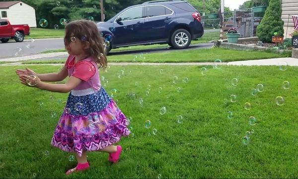 Αυτό το κοριτσάκι έχει ενθουσιαστεί με τις σαπουνόφουσκες - Δείτε τη χαρά της (vid)