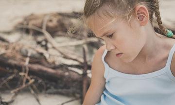 «Φύγε! Τώρα! Φύγε!»: τα μητρικά λεκτικά χαστούκια στα μάτια ενός κοριτσιού