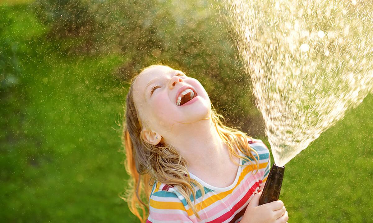 Παιδιά και καύσωνας: Πώς να τα προστατεύσετε, τι να αποφύγετε