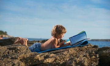 Είκοσι προτάσεις βιβλίων που μπορούν τα παιδιά να διαβάσουν στην παραλία