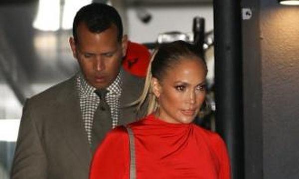 Η Jennifer Lopez μας δείχνει πως φοριέται το κόκκινο και τερματίζει το κοντέρ