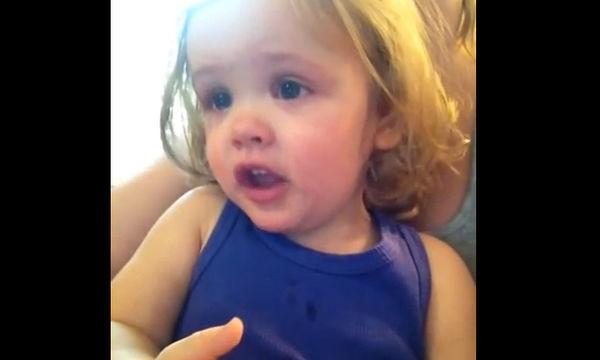 Δείτε την αντίδραση της μικρούλας όταν τραγουδά η μαμά της (video)