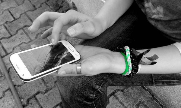 Πώς θα βοηθήσεις το έφηβο παιδί σου να έχει μια υγιή σχέση με τα κοινωνικά δίκτυα