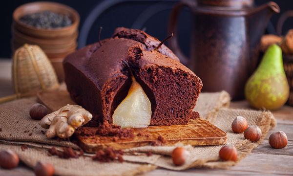 Συνταγή: Φτιάξε ένα διαφορετικό κέικ σοκολάτας με αχλάδι χωρίς αλεύρι