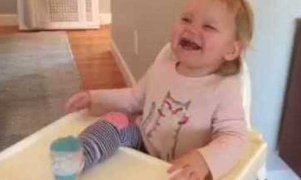 Πρέπει να το δείτε: Τι κάνει ο μπαμπάς και το μωρό ξεκαρδίζεται στα γέλια; (video)