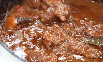 Η συνταγή της ημέρας: Σιγομαγειρεμένο μοσχαράκι στη γάστρα