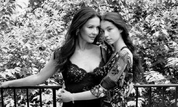 Η Carys Zeta Douglas φωτογραφίζεται με τη μαμά της