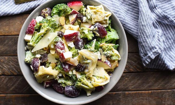 Η σαλάτα του καλοκαιριού φτιάχνεται με tortellini, μήλα, σταφύλι και...