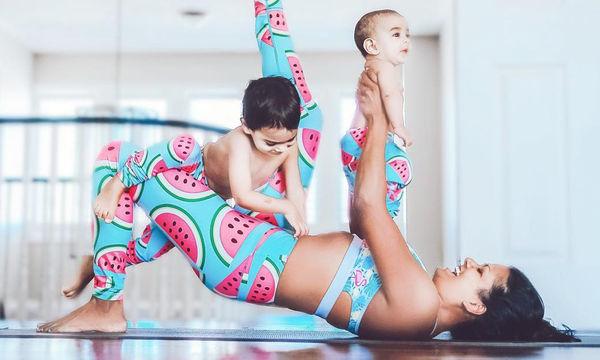Αυτή η μαμά κάνει yoga μαζί με τα μικρά της (pics)