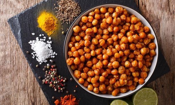 Συνταγή: Πικάντικα ψητά ρεβίθια σε καλοκαιρινή εκδοχή απλά και εύκολα