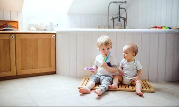 Πρώτα δόντια μωρού: Πώς θα το ανακουφίσετε και πώς πρέπει να τα καθαρίζετε