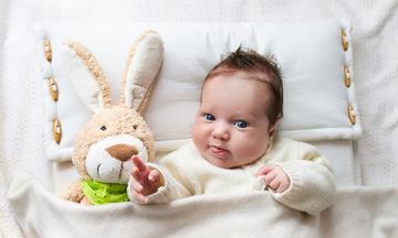 Ύπνος μωρού: Από πότε μπορεί να αρχίσει να κοιμάται με μαξιλάρι;