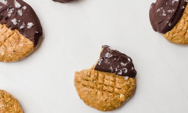 Μπισκότα με φυστικοβούτυρο και σοκολάτα χωρίς ψήσιμο