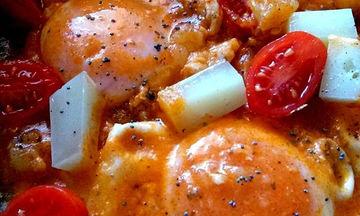 Συνταγή το απόλυτο καλοκαιρινό φαγάκι: Αυγά μάτια σε σάλτσα ντομάτας