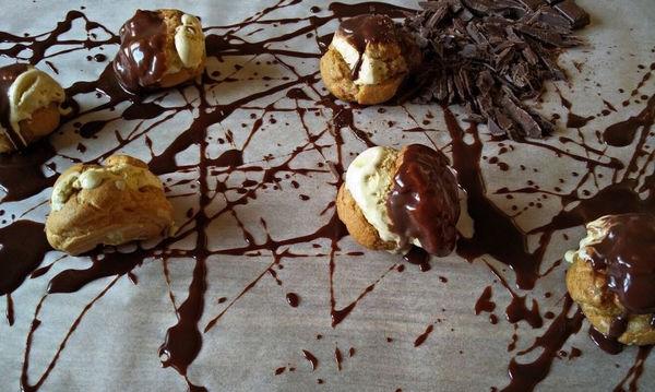 Προφιτερόλ με παγωτό και σάλτσα σοκολάτας