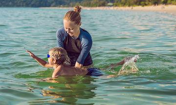 Τι να κάνω για να βοηθήσω το παιδί μου να ξεπεράσει την φοβία του να μπει στη θάλασσα;