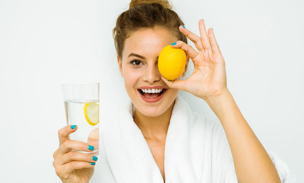 Νερό με λεμόνι: Τα 4 σημαντικά οφέλη του για το δέρμα (pics)