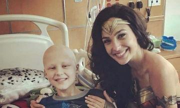 Η Gal Gadot επισκέπτεται άρρωστα παιδάκια στο νοσοκομείο ως Wonder Woman (pics)