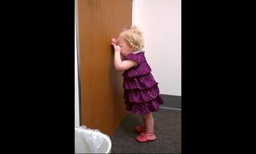 Aυτή η μικρή πήρε λίγο στραβά τον ερχομό της νεογέννητης αδερφής της (vid)
