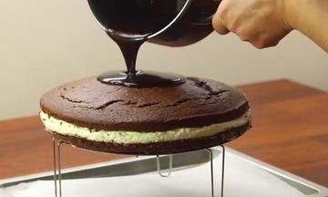 Φτιάξτε ένα λαχταριστό Kinder Delice κέικ σε 20 λεπτά (vid)