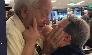 Το πιο συγκινητικό viral της ημέρας: Πατέρας και γιος συναντιούνται μετά από 1 εβδομάδα χωριστά