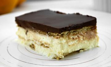 Φτιάξτε ένα πεντανόστιμο επιδόρπιο σοκολάτας με μπισκότα χωρίς ψήσιμο (vid)