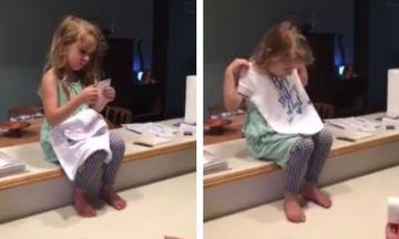 Μαθαίνει ότι θ'αποκτήσει αδελφάκι και η αντίδρασή της είναι μοναδική (vid)