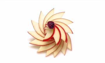 Φτιάξτε εντυπωσιακά λουλούδια από μήλα για να κάνετε το σερβίρισμα ξεχωριστό (vid)
