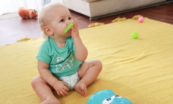 Ανάπτυξη κινητικών δεξιοτήτων για μωρά Παίζοντας «ρίχνω-πιάνω»