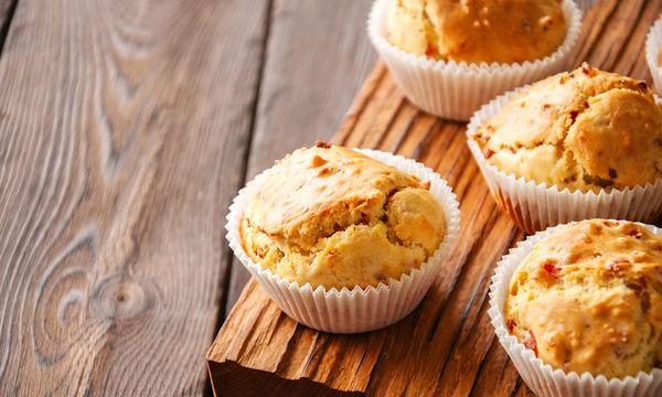 Λαχταριστό κολατσιό : Muffins με μπέικον και τσένταρ (vid)