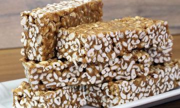 Ιδανικό σνακ για παιδιά: Υγιεινές και εύκολες μπάρες δημητριακών με τρία υλικά (vid)