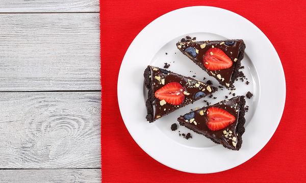 Φτιάξτε την πιο ωραία τάρτα σοκολάτας με Oreo και φράουλες (vid)