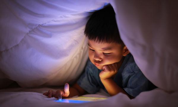 Πώς ακριβώς επηρεάζει η πολύωρη έκθεση των παιδιών στο μπλε φως που εκπέμπουν οι οθόνες;