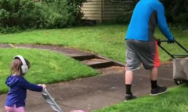 Μπαμπάς κουρεύει το γκαζόν έχοντας την καλύτερη βοηθό (vid)