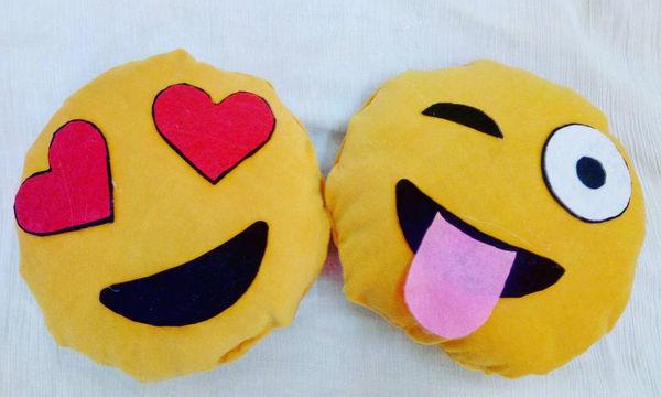 DIY: Βάλτε χρώμα στο καθιστικό σας φτιάχνοντας τα δικά σας emoji μαξιλαράκια (vid)