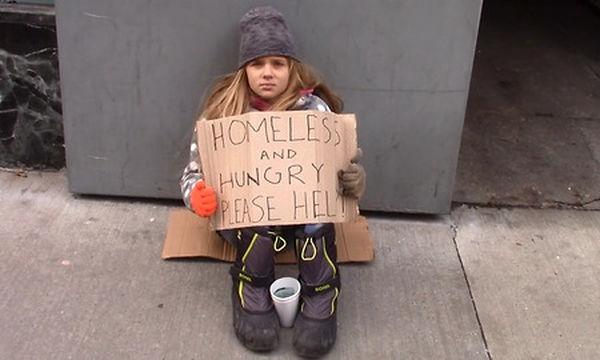 Συγκινητικό! Ένα κορίτσι είναι άστεγο - Δείτε τι κάνει η κυρία με το κόκκινο καρό πουκάμισο (vid)