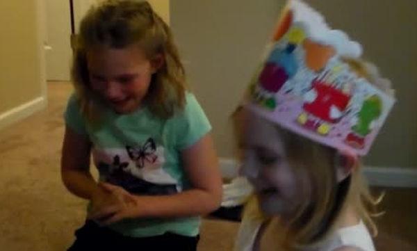 Αυτό το δώρο δεν το περίμενε για τα γενέθλιά της - Δείτε πώς αντέδρασε η μικρή όταν το είδε (vid)