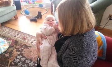 Γιαγιά τραγουδάει στην νεογέννητη εγγονή της - Δείτε πώς αντιδρά το μωρό (vid)