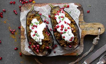 Εύκολη συνταγή: Ψητές γεμιστές μελιτζάνες με κιμά και γιαούρτι (vid)