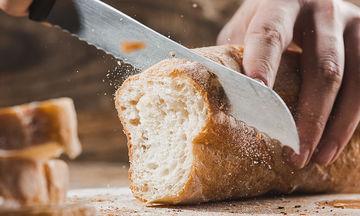 Πώς με ένα απλό τρικ θα μαλακώσει το ξερό ψωμί που έχετε σπίτι σας (vid)