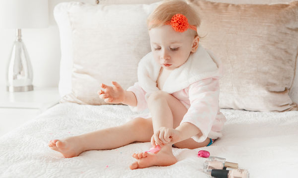 Πόσο επικίνδυνα είναι τα βαμμένα νύχια για τα παιδιά;