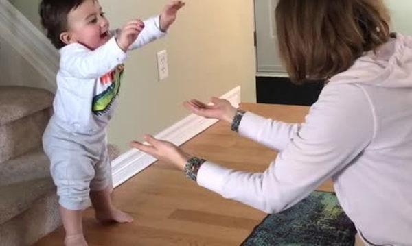 Προσπαθεί να περπατήσει και τα καταφέρνει - Δείτε όμως, τι κάνει η μαμά (vid)