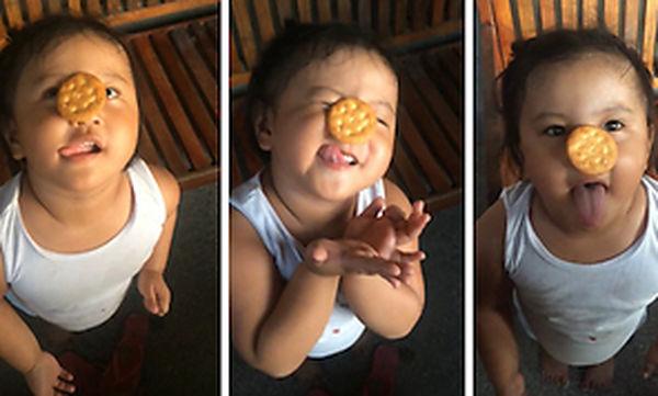 Πολύ γέλιο! Προσπαθεί να φτάσει με τη γλώσσα το μπισκότο που είναι πάνω στη μύτη της (vid)