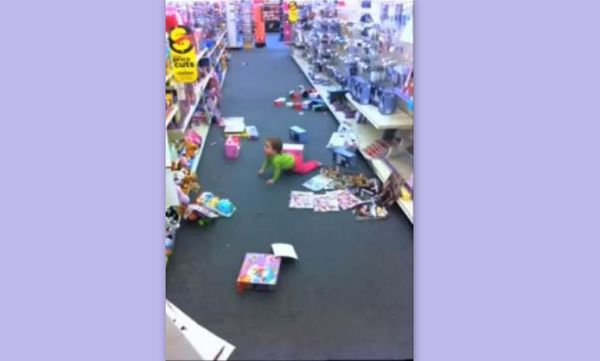Δείτε μία μικρούλα να κάνει άνω κάτω ένα κατάστημα σε χρόνο dt  (vid)