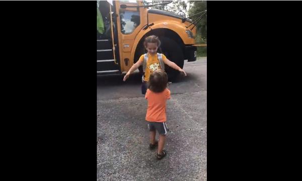 Ο μικρός περιμένει πως και πως την αδερφή του να γυρίσει από το σχολείο  (vid)