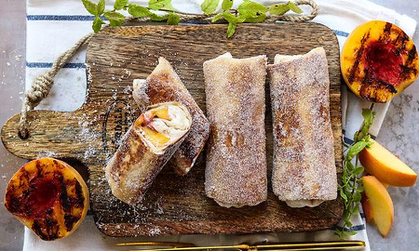 Τραγανή τορτίγια με τυρί κρέμα και ψητό ροδάκινο (vid)