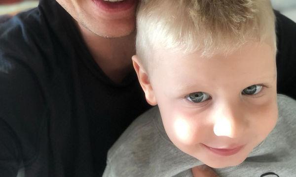 O τραγουδιστής φωτογραφίζεται με τον κούκλο γιο του (pic)