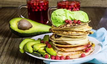 Νόστιμο και υγιεινό πρωινό με τηγανίτες και αβοκάντο (vid)