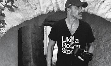 Νίκος Αλιάγας: Το περιστατικό με τις φωτογραφίες των γονιών του και η έκθεσή του στο Παρίσι